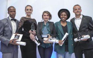 """Julius Brettschneider aus Schlat (r.) sowie weitere Finalisten des """"Shining Light Award"""", einem afrikanischen Schmuck- und Designwettbewerb. Foto: Privat, Quelle: NWZ"""